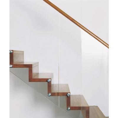 Scara INVENT cu trepte din lemn masiv si balustrada de sticla